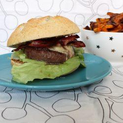 Bacon-cheeseburgers met zoeteaardappelfrieten