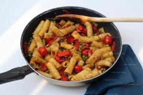 Rigatoni met spek, paprika, erwtjes en tomaat