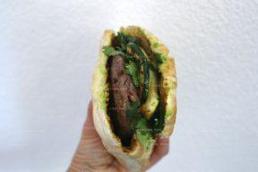 Spicy pitaburger met courgette en avocado