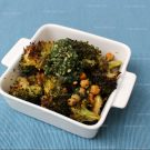 Knapperige broccoli met wortelloofpesto