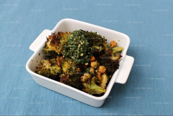 Knapperige broccoli met wortelloofpesto