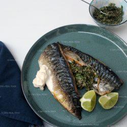 Makreel met kardemom-notensalsa uit Simpel van Ottolenghi