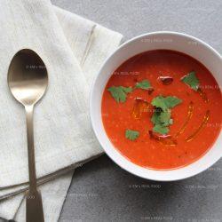 Frisse soep met tomaat en gegrilde paprika