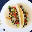 Taco's met geroosterde bloemkool, zwarte bonen en limoen-koriandersaus