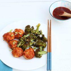 Traybake van zalmballetjes met broccoli