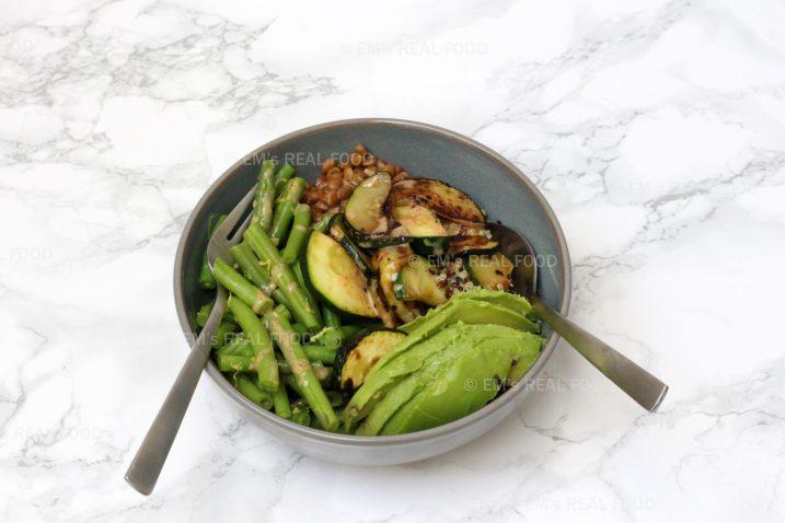 Vegan bowl met courgette, boontjes en amandel-citroendressing