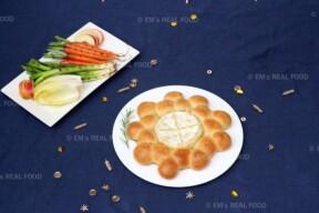 Gebakken camembert met brood en groente