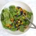 Zomerse salade met blauwe bessen en geroosterde maïs