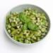 Zomerse salade van tuinbonen en kiwi